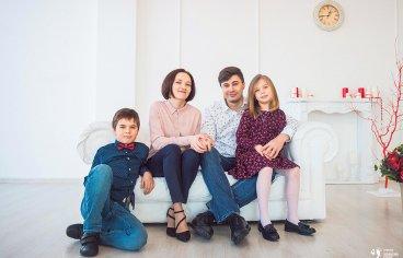 Фотосессия в Подольске в студии всей семьей-297