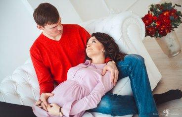Фотосессия беременных с мужем в студии-347