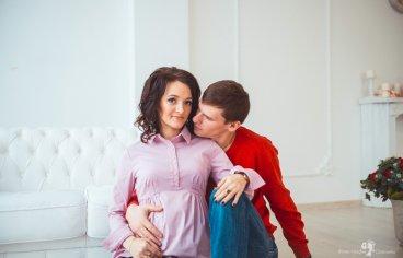 Фотосессия беременных с мужем в студии-350